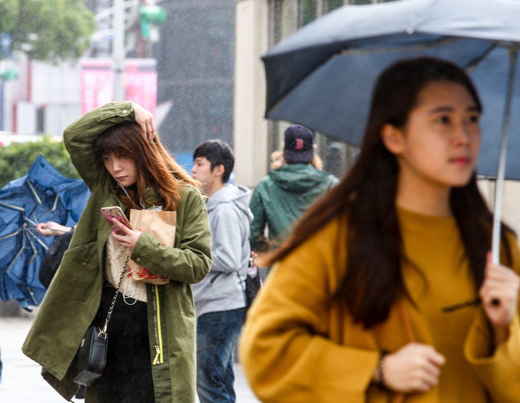 氣象局指出,台灣未來一周仍受東北風影響,白天舒適到稍熱,但各地早晚稍涼,偶有雨,...