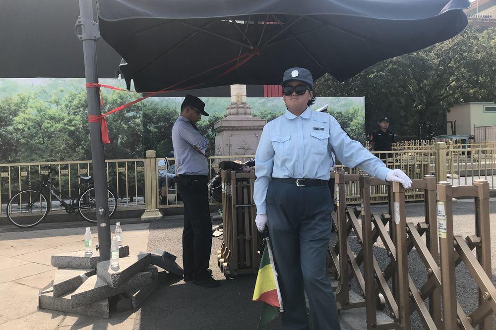 中共建政70周年將屆,在北京長安街沿線和天安門廣場周遭均可見大批制服、便衣警察和...