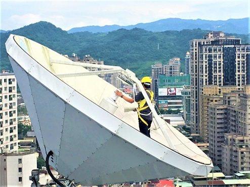 皇輝科技工程師在中央災害應變中心進行維護工作及系統測試。 皇輝科技/提供