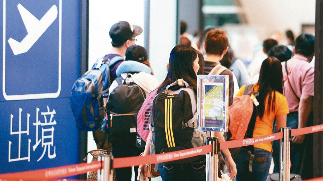 圖為桃園機場第一航廈出國旅客。 報系資料照