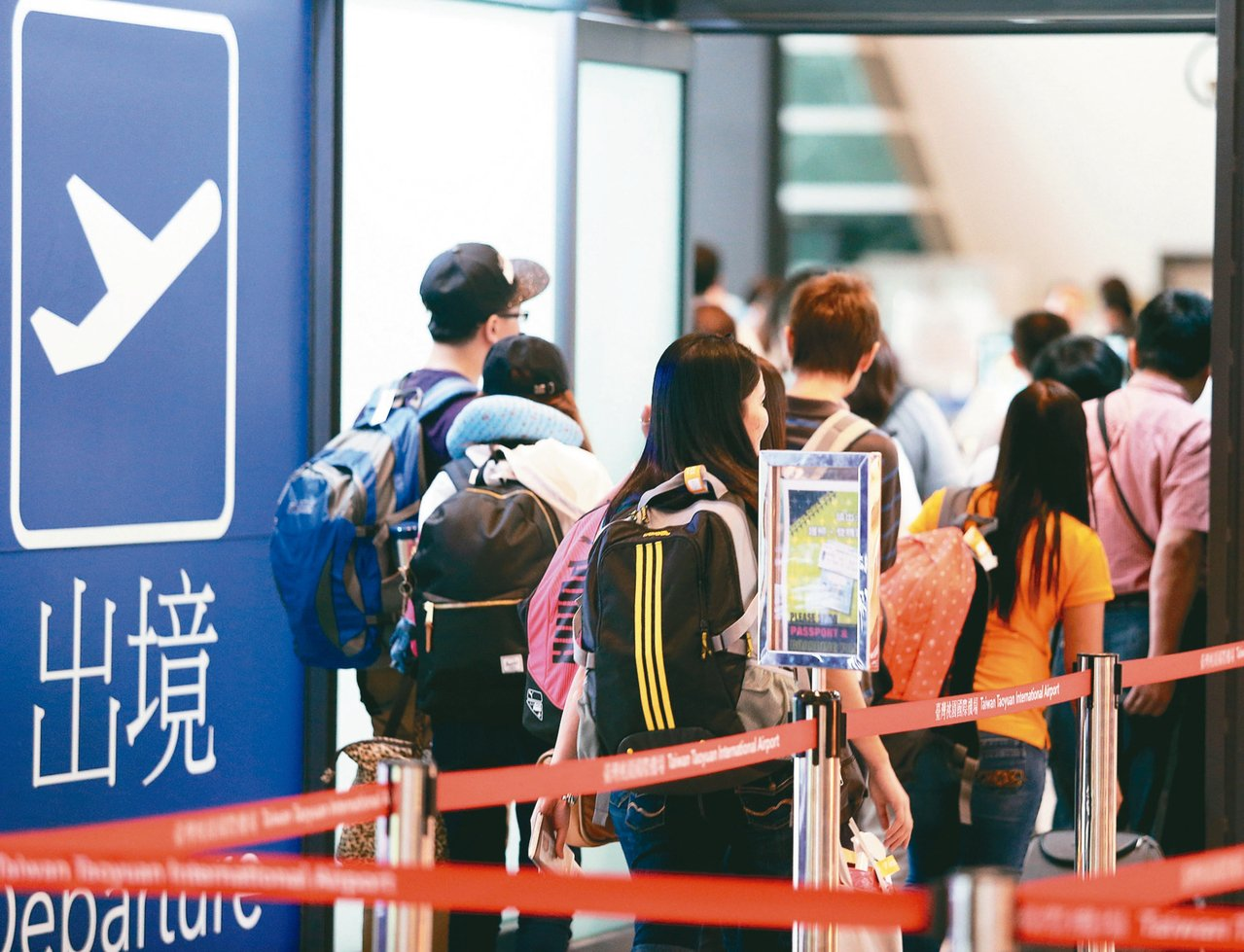 蔡政府升高對軍人、政務官和公務員赴大陸的管制要求。圖為桃園機場第一航廈出國旅客。...