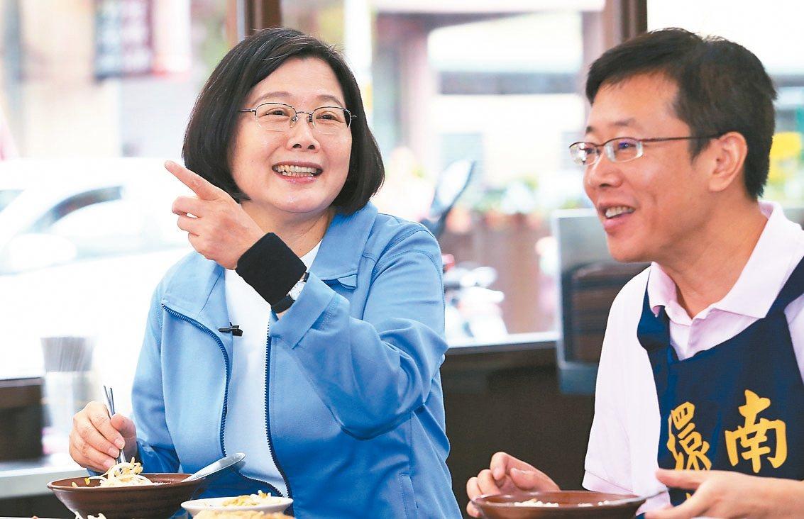 蔡英文總統(左)昨到板橋與民進黨立委張宏陸(右)一起吃早餐。 記者潘俊宏/攝影