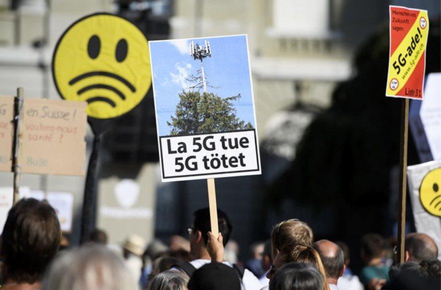 數千人在瑞士首都伯恩國會大廈前示威抗議,表達對政府在全國各地推出5G無線技術的不...