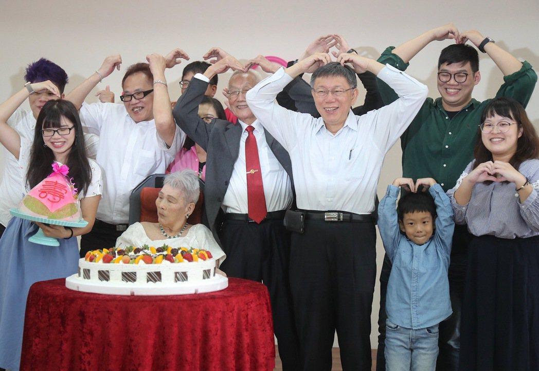 83歲的阿公詹瑞東(左)與太太韓水金(中)圓夢辦婚禮。中央社