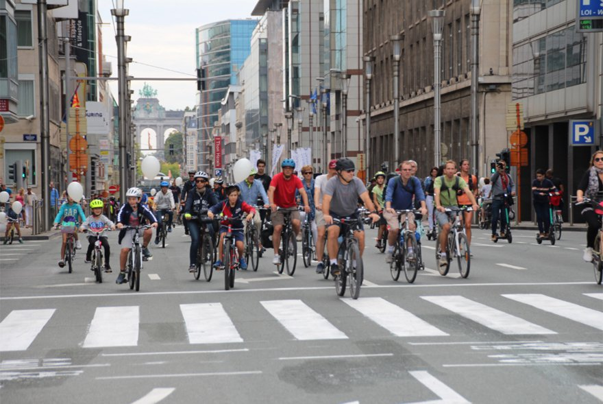 歐盟總部所在地布魯塞爾22日舉辦「無車日」,民眾騎自行車響應減排降低空汙。 中央...