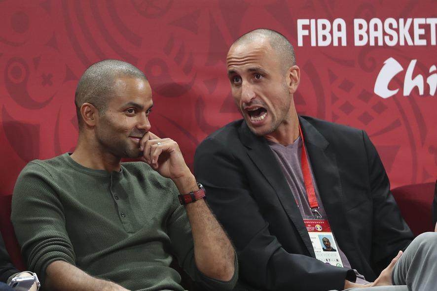 中國上海舉辦的籃球表演賽登場,吉諾布里(右)與帕克(左)罕見地成為對手。 新華社