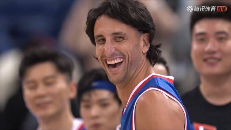 吉諾布里戴假髮打表演賽娛樂觀眾。 截圖自影片