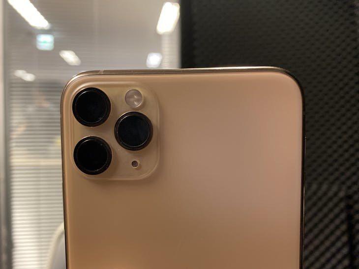 iPhone 11 Pro/Max 右側為 13mm 超廣角鏡頭 左上26 mm...