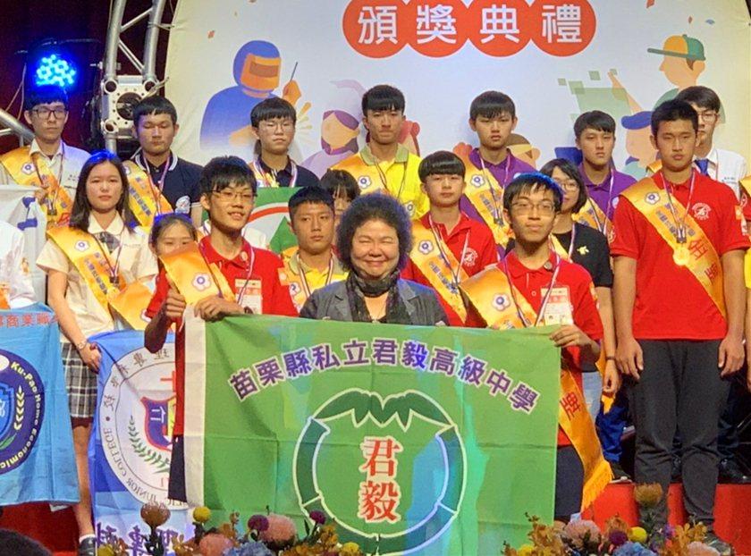 第49屆全國技能競賽「機器人」職類金牌得主選手張皓鈞(左1)、林義峰(右1)由總...
