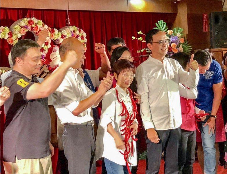韓國瑜(左)、洪秀柱(中)與朱立倫(右)22日於台南市婦女會餐會同台造勢。(ph...