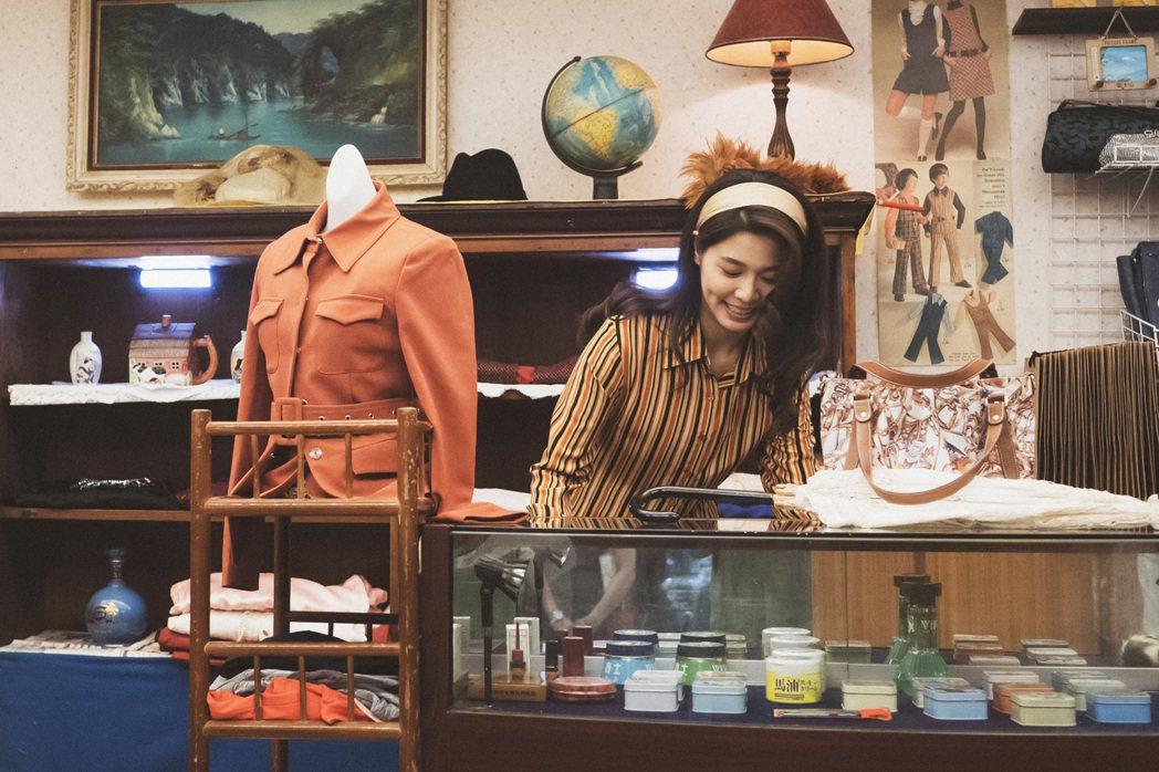 白家綺二度與李岳峰導演合作,「苦力」戲中飾演個性豪爽的委託行老闆娘。圖/公視提供
