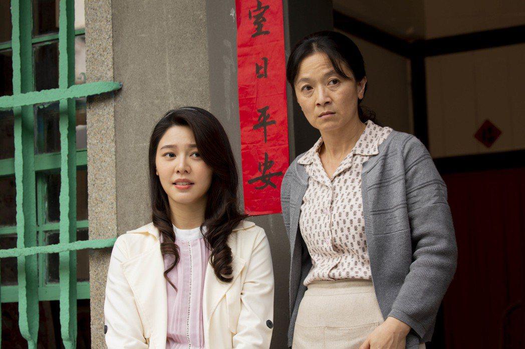 白家綺(左)與謝瓊煖首次搭檔演母女。圖/公視提供