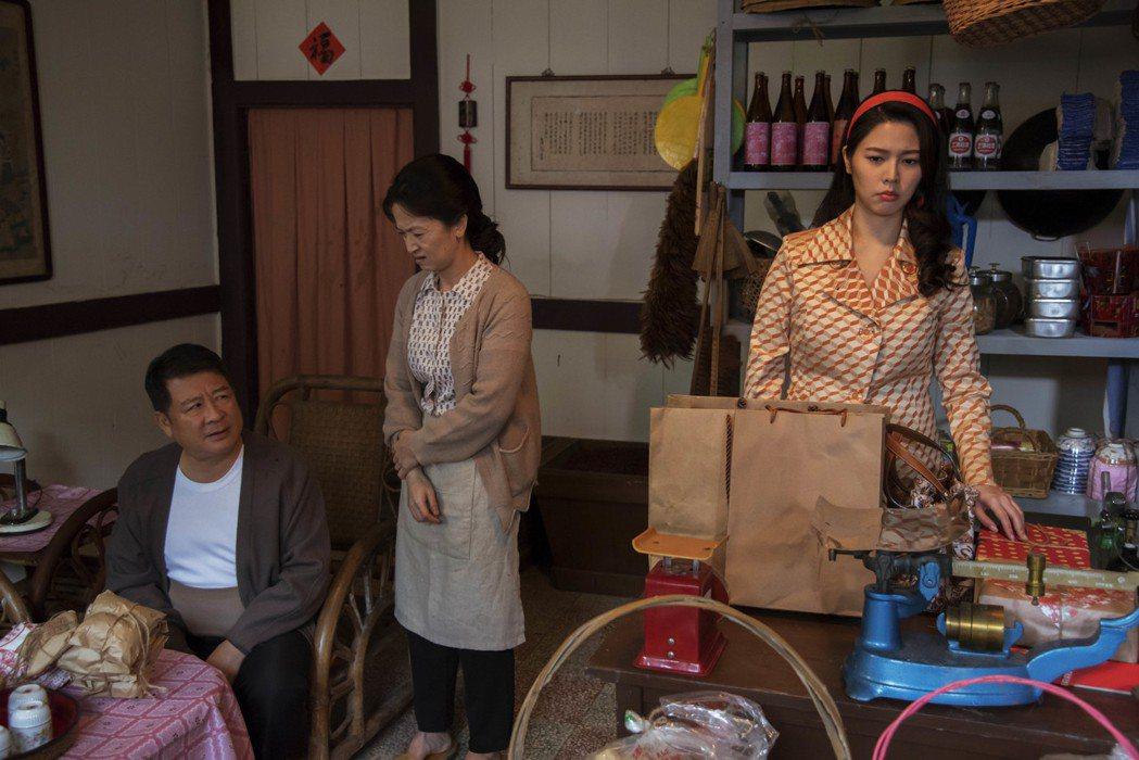 白家綺(右起)與謝瓊煖、蔡阿炮在「苦力」戲中飾演一家三口有精彩感人對手戲。圖/公...