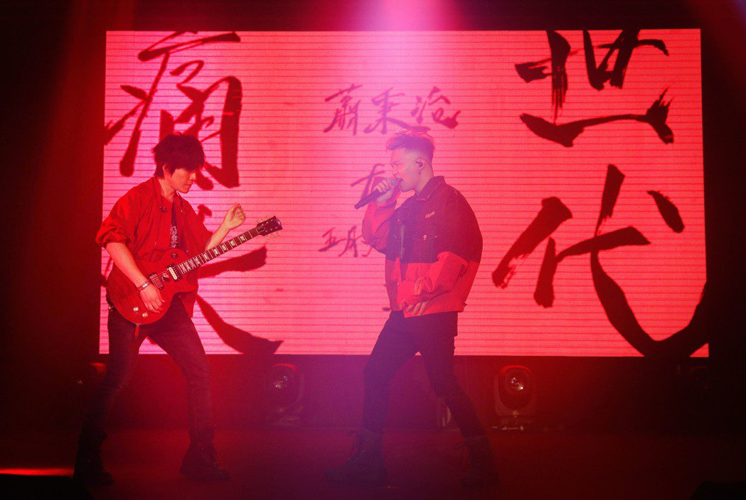 蕭秉治(右)與五月天怪獸合作新歌「痛快世代」,昨晚首唱。圖/相信音樂提供