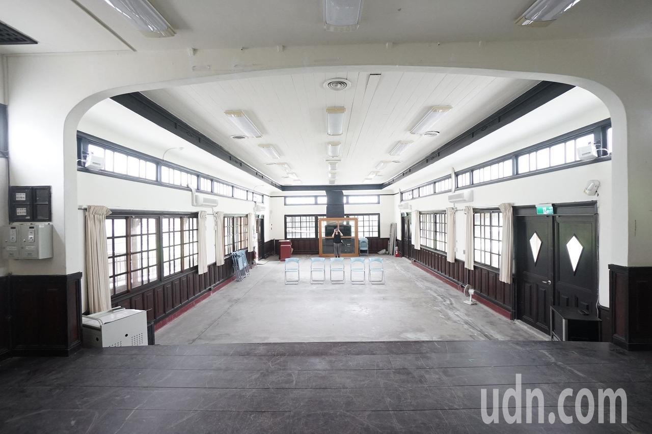 花蓮市鐵道文化園區內的中山堂,原本是台鐵員工月會、康樂活動的空間。記者王燕華/攝...