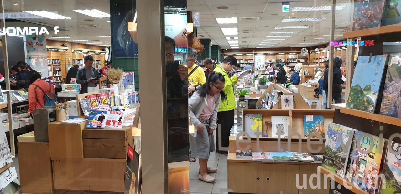 台中市豐原三民書局經營41年,本月30將結束營業,昨晚湧進購書和文具人潮。記者游...