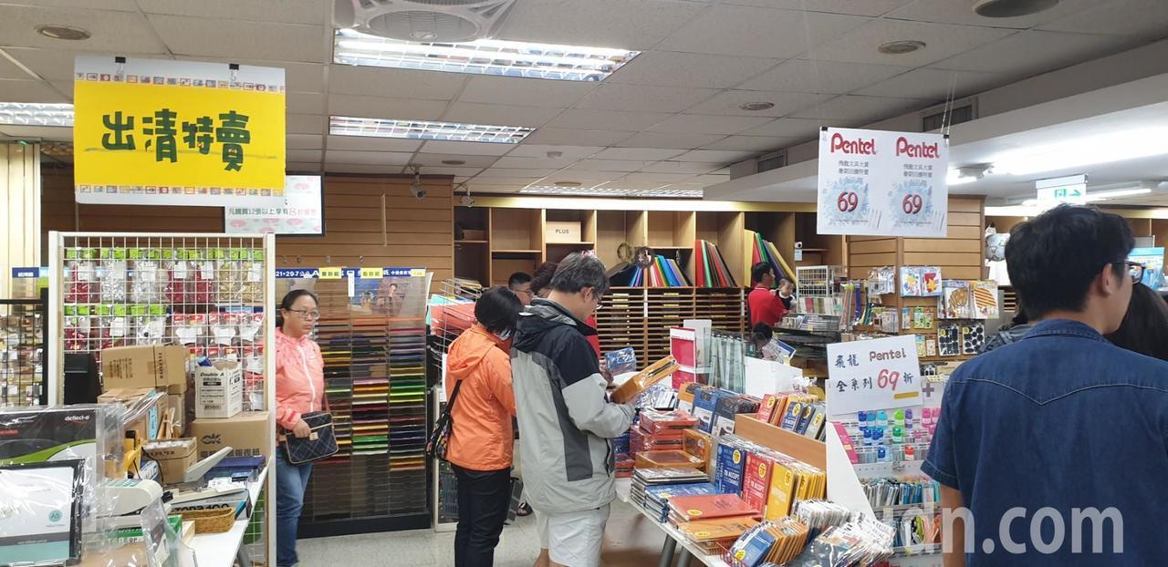 台中市豐原三民書局經營41年,本月30將結束營業,昨晚湧進購書和文具人潮,出清特...