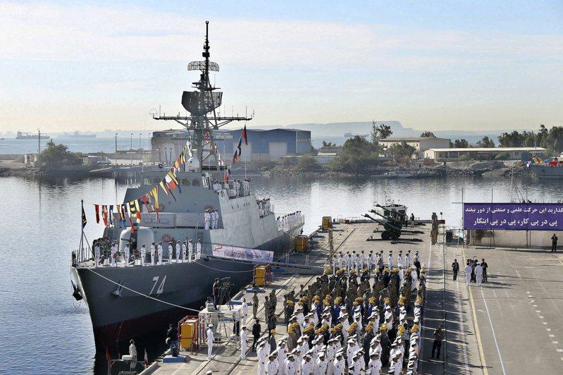 伊朗新聞媒體21日引述軍方官員表示,很快會與中國和俄羅斯舉行海軍聯合演習。圖為伊朗沙罕德號驅逐艦去年12月1日成軍典禮檔案照。美聯社