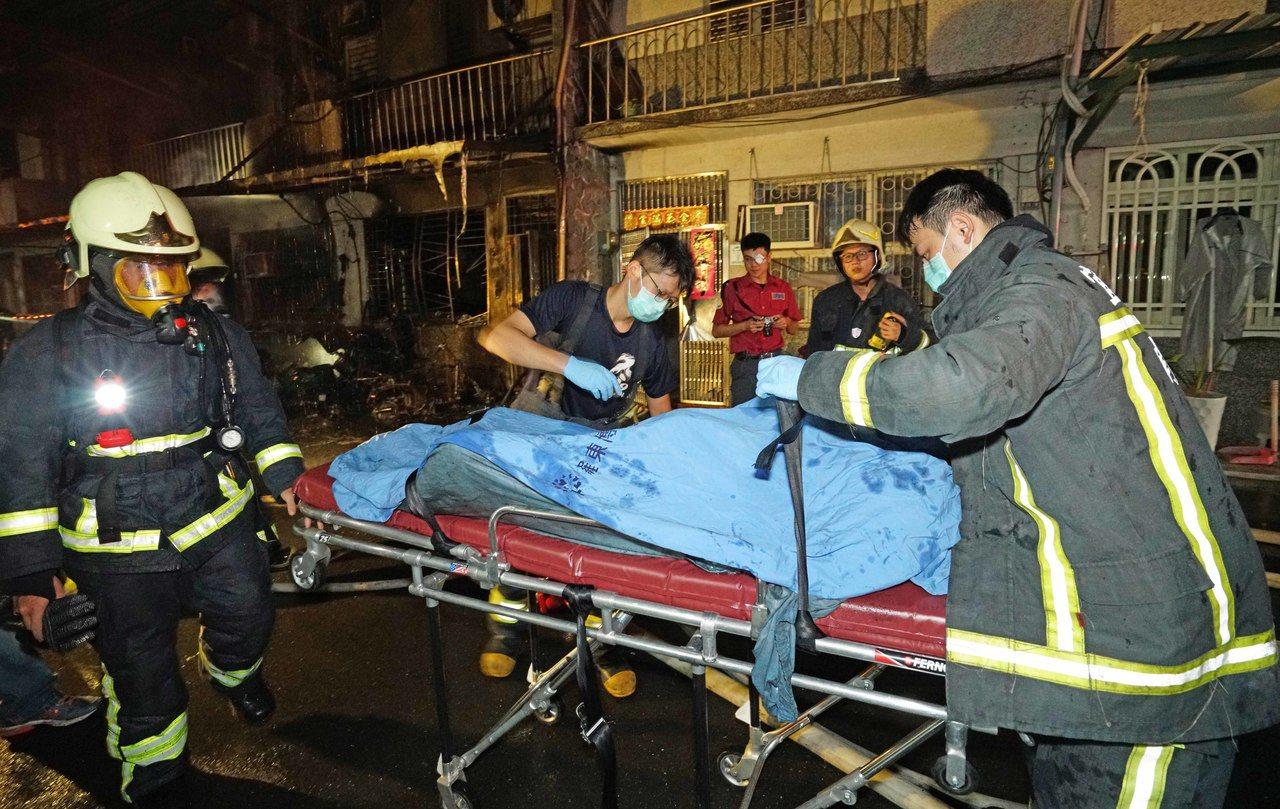 宜蘭縣冬山鄉日新路今晨大火,有5人輕重傷,分別受到灼傷及嗆傷,更有2人被發現時,...