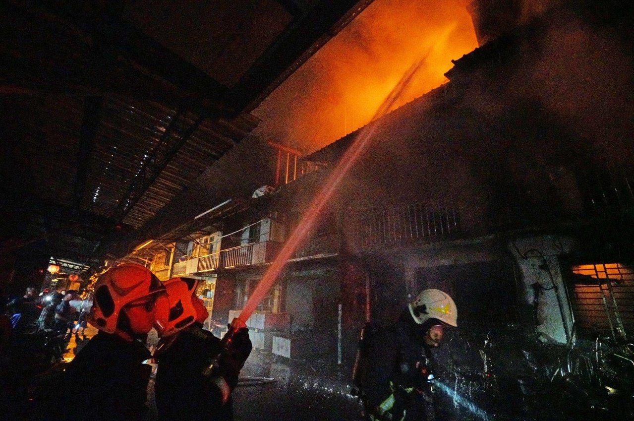 宜蘭縣冬山鄉日新路今晨大火,現場有4棟相連、2到3樓的透天厝被延燒或波及。記者羅...