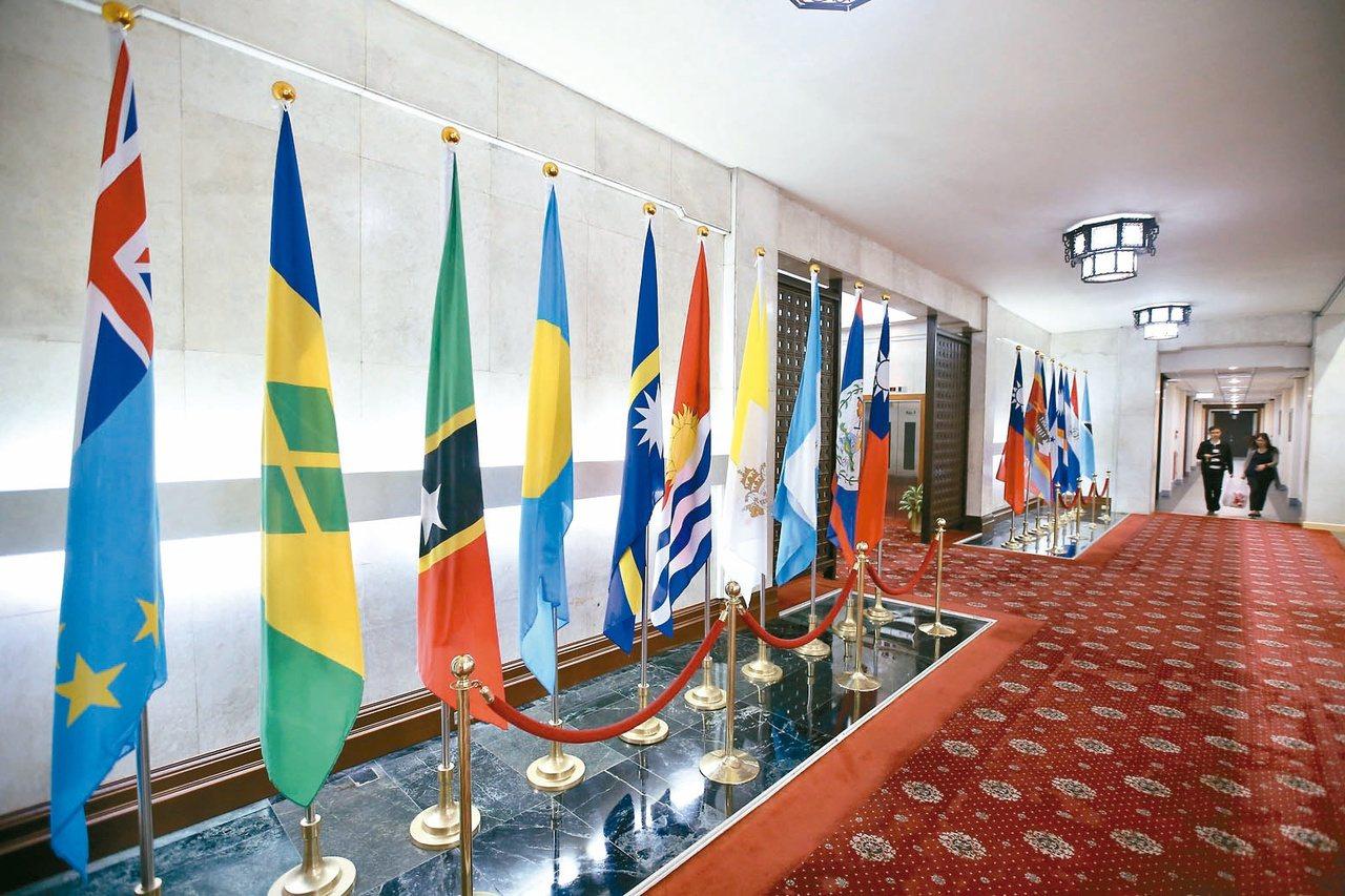 外交部大廳掛著吐瓦魯(左一)與吉里巴斯(左六)國旗,吉里巴斯已與我斷交,吐瓦魯也...