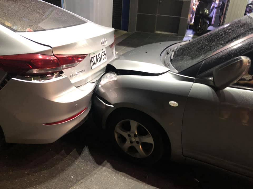 轎車駕駛肇事逃逸,2輛轎車及3輛機車受波及。圖/截至新竹大小事