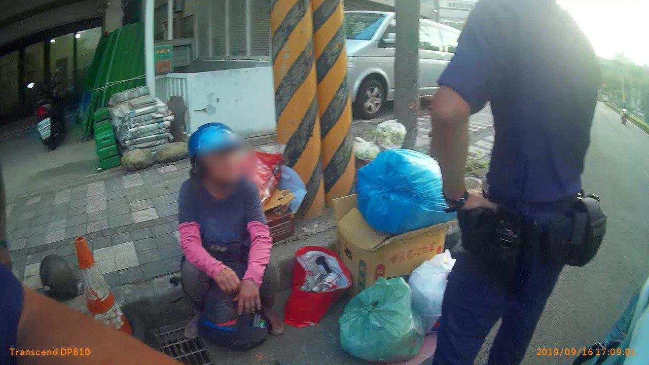 新竹縣一名年約6旬的婦人竟早已遭法院「宣告死亡」,透過警方協助才找回失聯多年的家...