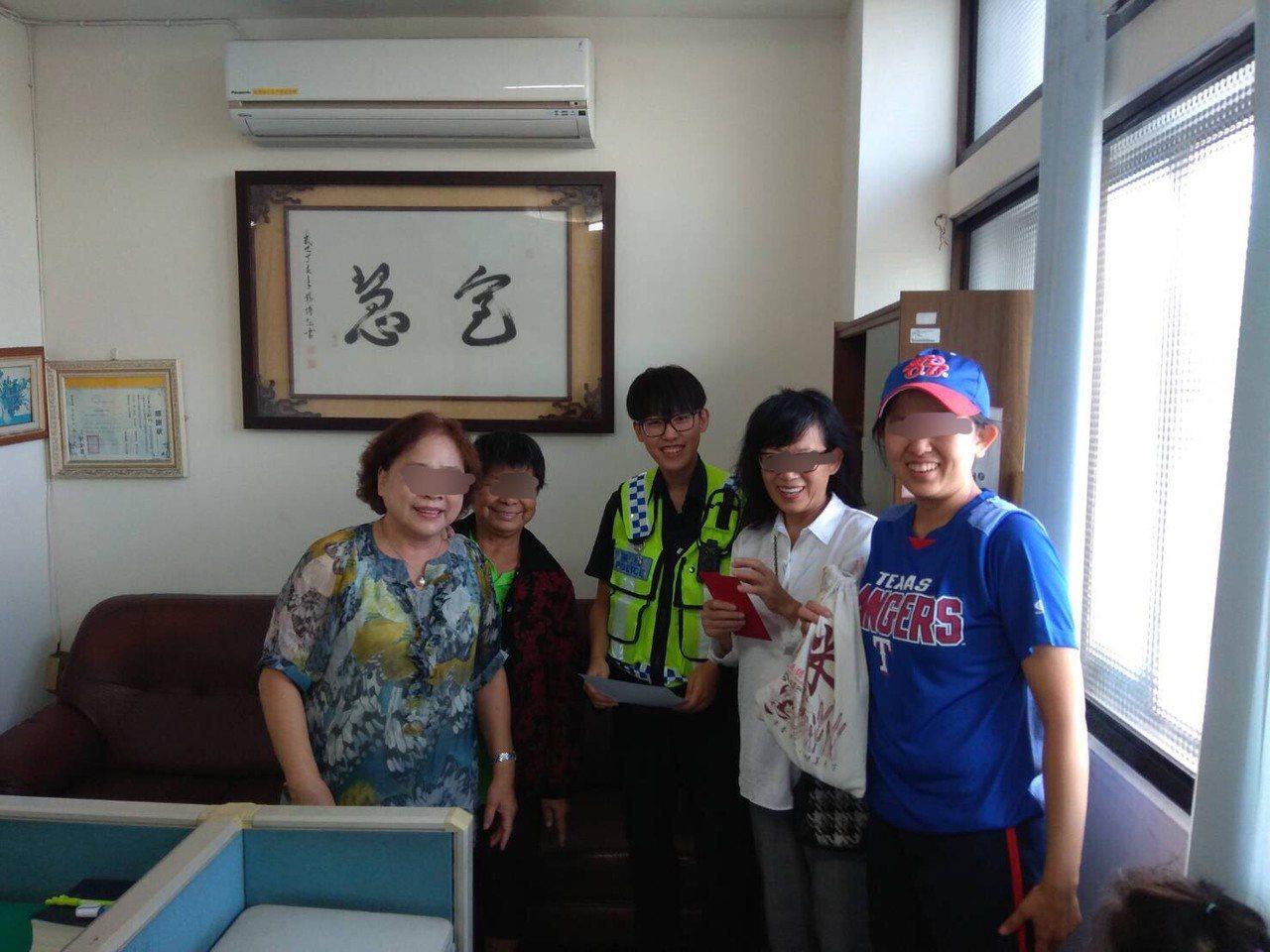 台中市白姓女子(右二)昨天在東區三賢公園附近遺失現金8萬多元,好心的林姓婦人(左...