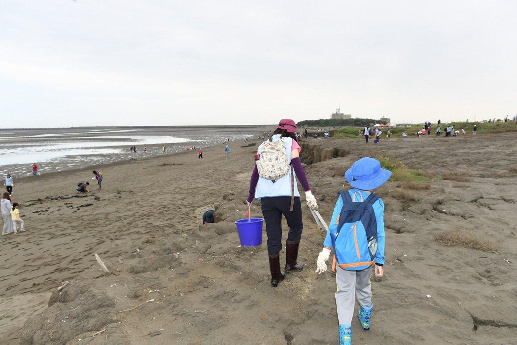 22日有多個家庭親子一同淨灘,讓孩子親自體驗保護環境的重要。工研院/提供