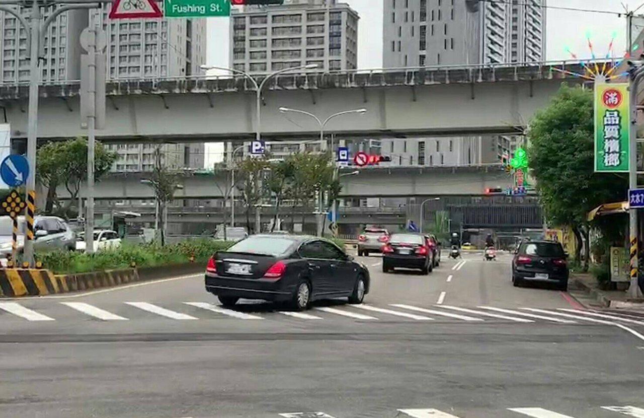 龜山區龜山一路、文化三路口自小客車不明男子突然持槍對空開2槍,「砰、砰」槍擊聲造...