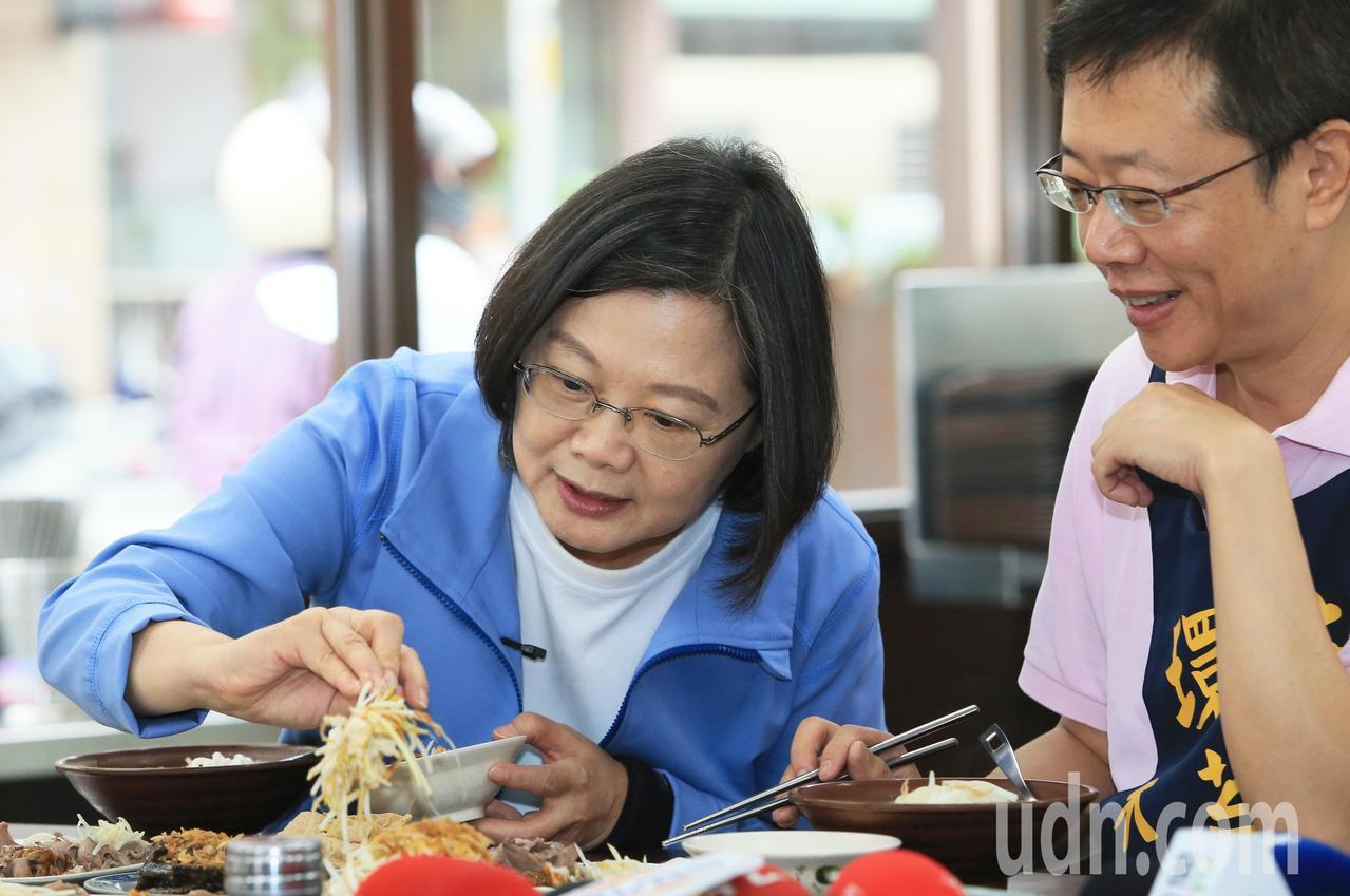 蔡英文總統(左)一早到板橋與民進黨立委張宏陸(右)一起吃早餐。記者潘俊宏/攝影