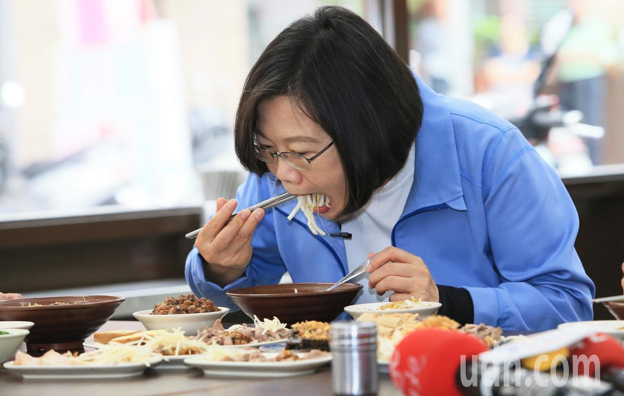 蔡英文總統(圖)一早到板橋大口吃早餐。記者潘俊宏/攝影