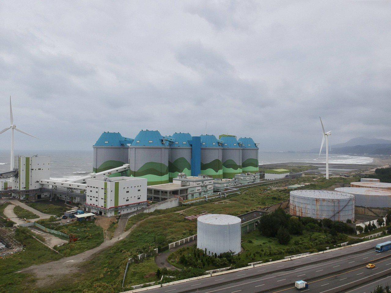林口發電廠煤倉與油庫設施。記者洪哲政/攝影