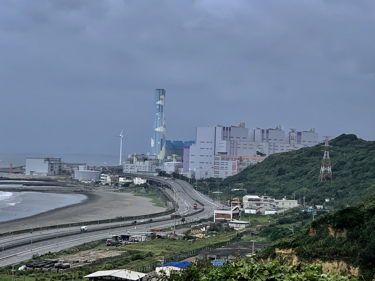 臨海缺乏屏障的林口火力發電廠是北部電力主要來源,近年擴建3部高效率超超臨界發電機...