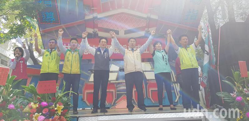台南市長黃偉哲(右三)上午為立委林俊憲(右四)後援會成立站台。記者修瑞瑩/攝影