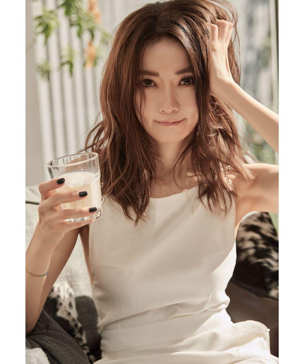 除了秀出華服美照之外,謝金燕還分享了喝牛奶的生活畫面。圖/摘自謝金燕IG