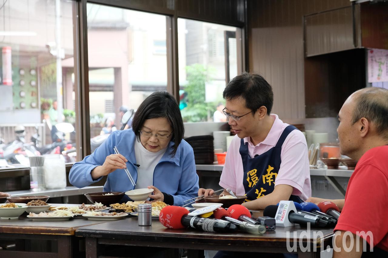 總統蔡英文(左一)今天上午陪立委張宏陸(中)到板橋知名的「環南米苔目」品嘗美食。...