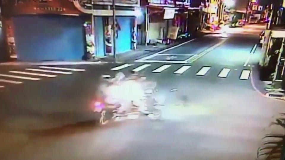 17歲周姓少年無照又拒檢,在花蓮市中原路與德安一街路口,與徐男所騎機車擦撞,造成...