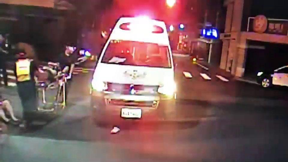 員警看到發生交通事故,趕緊通報救護車送醫,並通知車禍處理小組,徐男傷重送醫不治,...