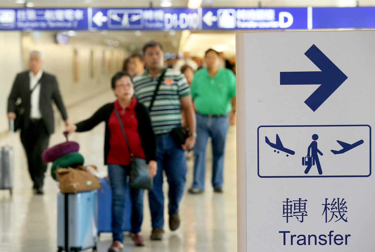 圖為桃園機場旅客通過機場過境轉機室。 本報資料照片
