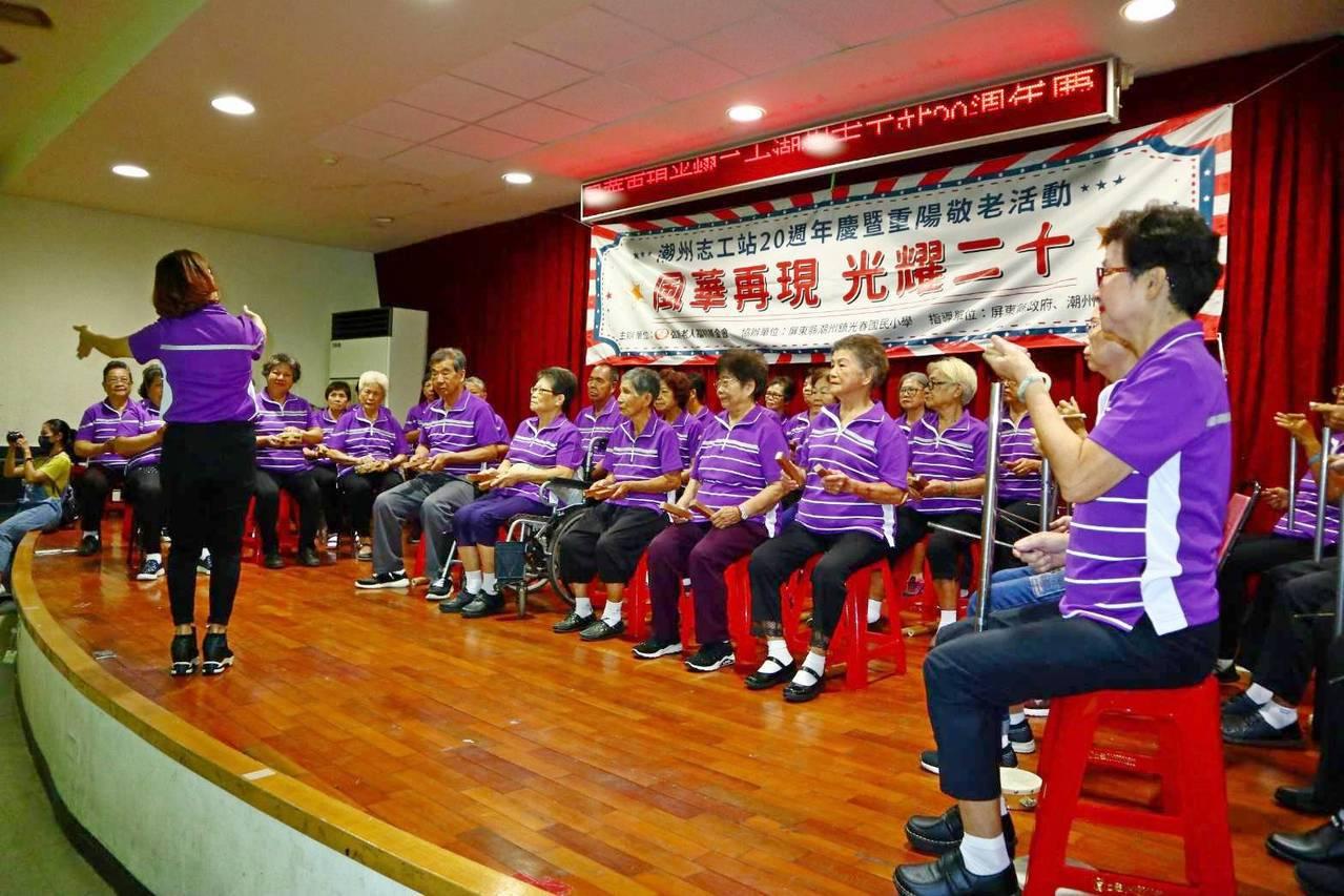 弘道老人福利基金會潮州站今舉行廿周年慶,成立4年的不老樂團表演打擊樂,阿公阿嬤的...