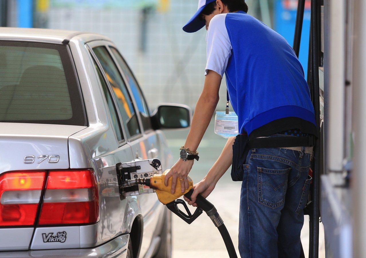 若以中油本周油價估算,下周調降後的價格,預估分別為92無鉛汽油每公升27.1元、...