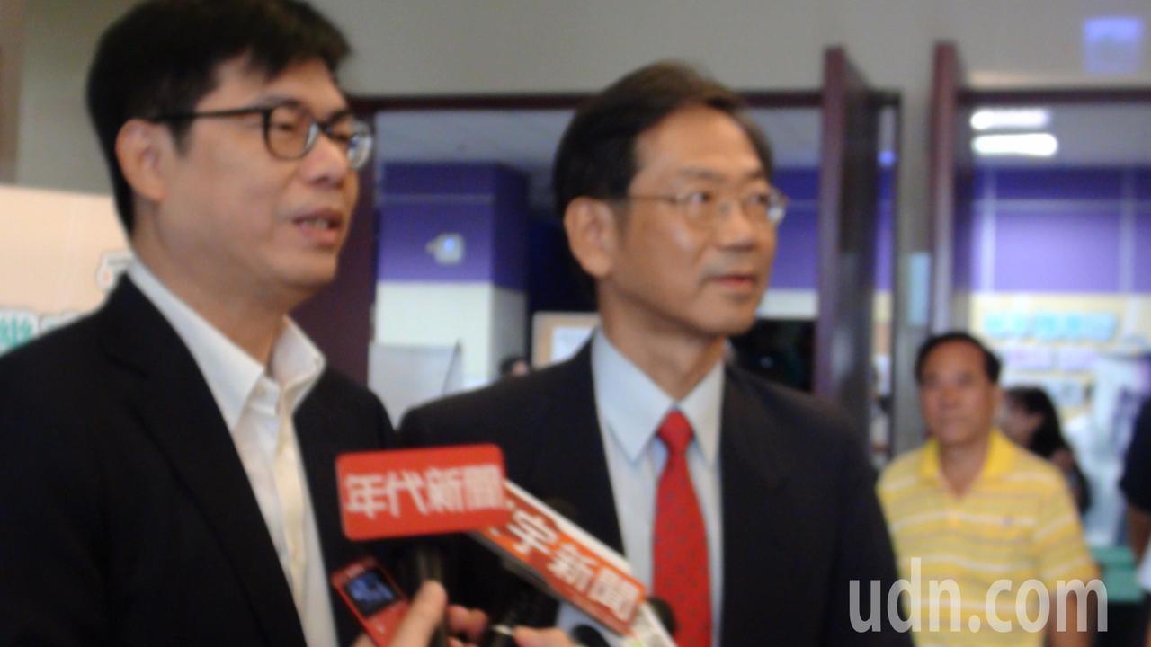 行政院副院長陳其邁(左)說,韓的市政也一事無成。記者謝梅芬/攝影
