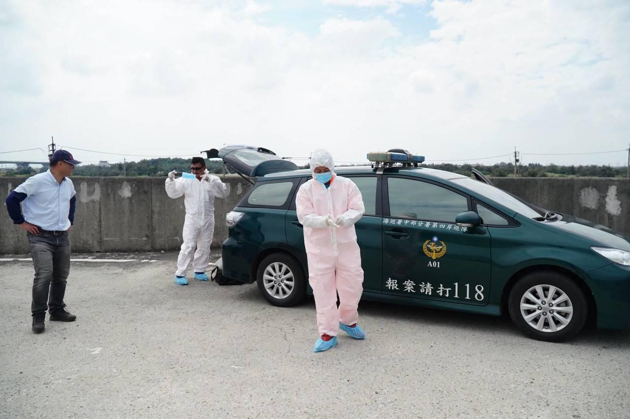 大城鄉西港村魚寮溪口發現豬隻屍體,海巡人員拉起封鎖線。圖/立委洪宗熠提供