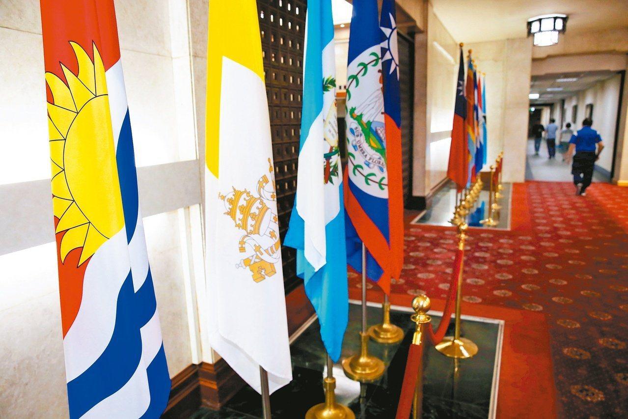 吉里巴斯國旗(左一)。聯合報系資料照