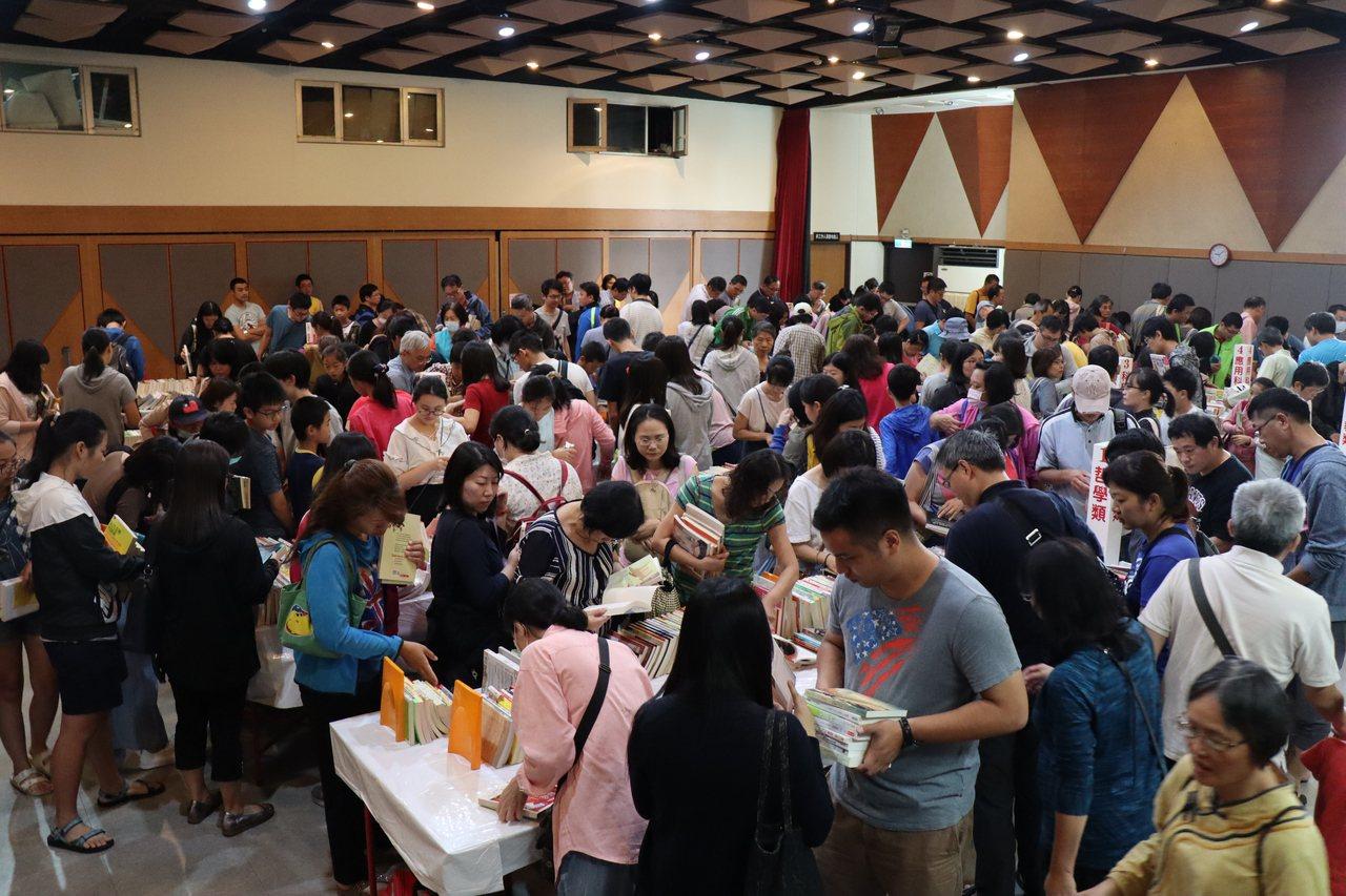 新竹市好書交換活動總計上萬冊優質讀物在短短4小時內出清。 圖/文化局提供