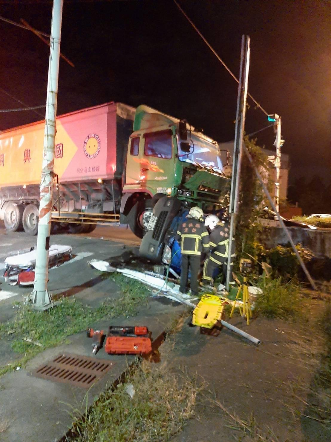 飼料車的撞擊力道大,將小貨車撞到翻覆。記者李京昇/翻攝