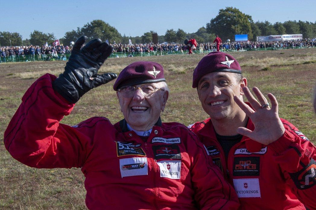今年已97歲的英國老兵寇特曼(左)21日與英國陸軍「紅魔鬼」(Red Devil...