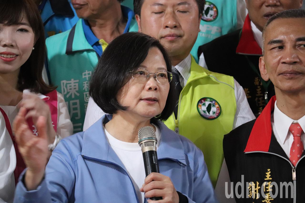 總統蔡英文今到中和東德宮參拜並表示,在她任內的努力下,口蹄疫如今拔針,明年台灣豬...