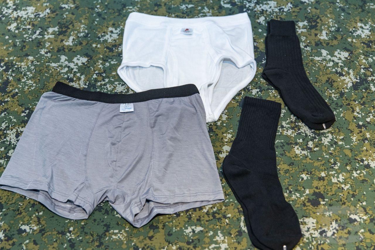 新舊款的公發內褲與軍襪比較。圖/軍聞社